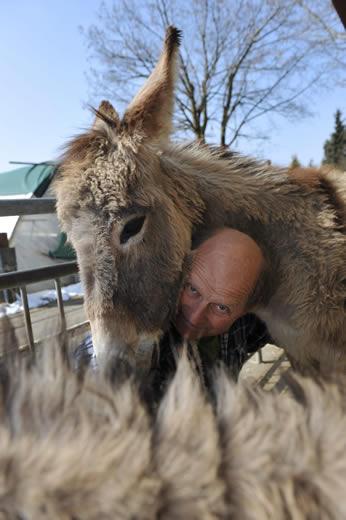 Viktor Huber mit Esel - Fotograf Michael Trost