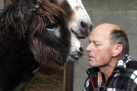 Viktor Huber spricht mit seinen Eseln, Foto Esther Michel