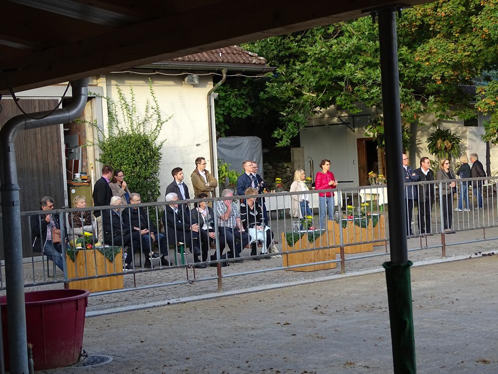 Lions Club Rapperswil-Jona beim Zusehen der Eselvorführung mit Runa
