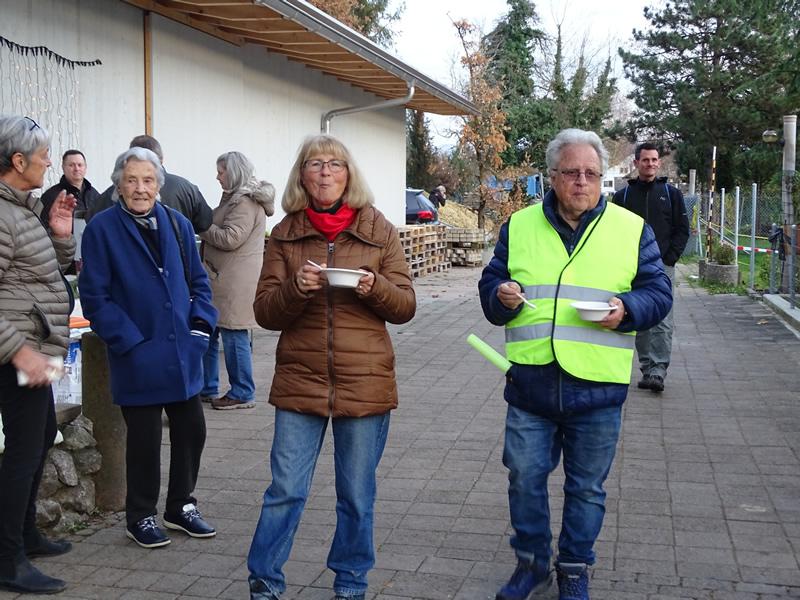 Eseltag 24-Nov-19-Besucher essen Suppe