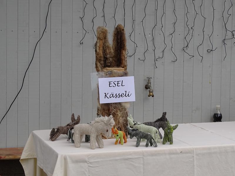 Eseltag 24-Nov-19-Spendentisch mit gestrickten Eselis