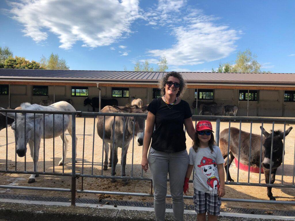 Lebenshoftag 2020 Frau mit Kind vor Eselstallungen